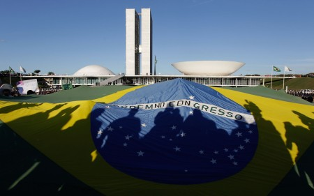 Demonstrators open a Brazil's flag in front of the National Congress during a protest in Brasilia, Brazil, Wednesday, June 26, 2013. The wave of protests that hit Brazil on June 17 began as opposition to transportation fare hikes, then expanded to a list of causes including anger at high taxes, poor services and high World Cup spending, before coalescing around the issue of rampant government corruption. (AP Photo/Eraldo Peres)Ações de porte administrativo, que ampliem as oportunidades dos cidadãos sem onerar os cofres públicos, seriam bem vindos para a cena pública brasileira.